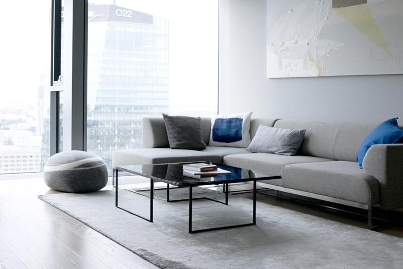 Szarość w nowoczesnym salonie, proj. Kando Architects
