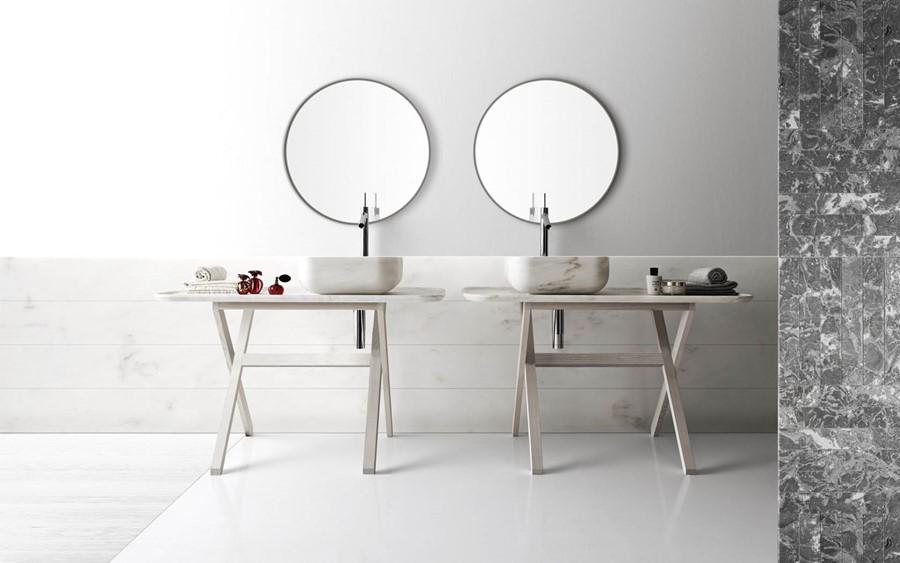 Umywalki z marmuru w łazience w stylu skandynawskim