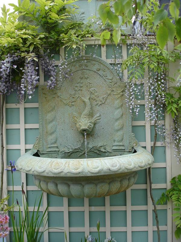 Fontanna naścienna w ogrodzie wertykalnym