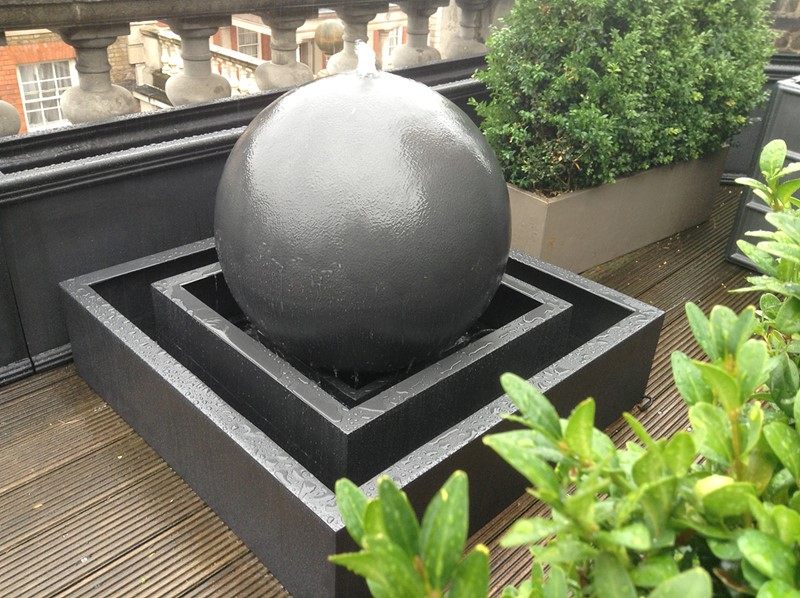 Fontanna na balkon w formie kuli