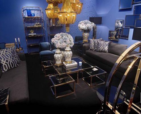 Niebiesko-czarny salon zestawiony ze złotem
