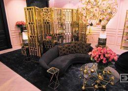 Różowy salon wykończony złotymi i grafitowymi dodatkami