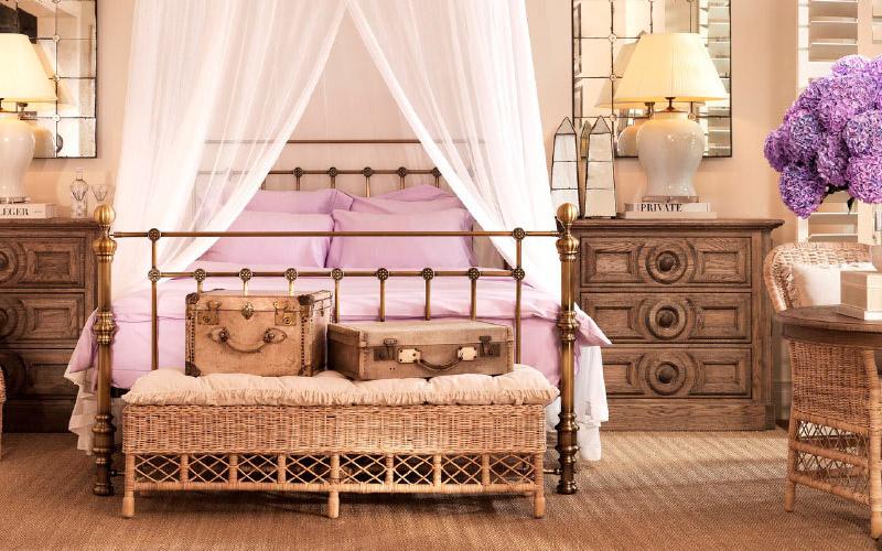 Rustykalna sypialnia z łóżkiem i baldachimem