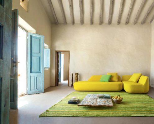 Żółta sofa w eklektycznym salonie