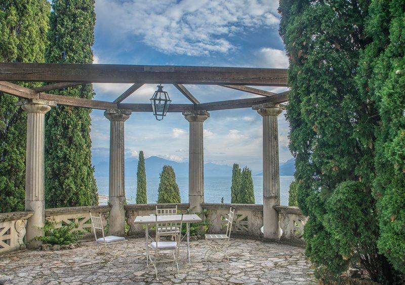 Antyczny ogród z murowanym patio