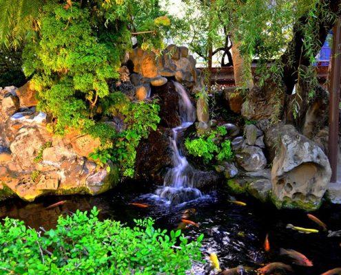 Aranżacja małego wodospadu nad sadzawką
