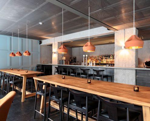 Aranżacja minimalistycznej restauracji z industrialnymi akcentami - Farang