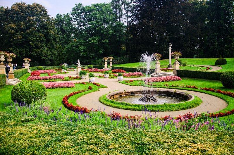 Barokowy ogród z kwiatowymi rabatami
