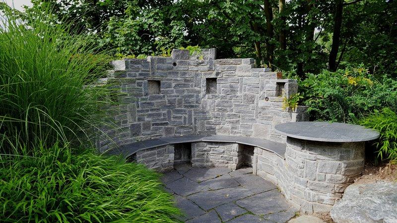 Betonowa ławka z oparciem w ogrodzie