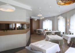 Białe lampy sufitowe w restauracji Seasons