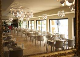 Biel i beże w nowoczesnej restauracji Gambozinhos