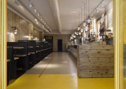 Industrialna restauracja w drewnie Alioli