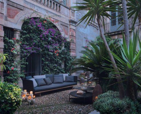 Kącik wypoczynkowy w romantycznym ogrodzie