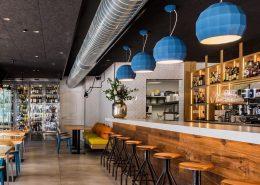 Niebieskie lampy industrialnego baru - restauracja Dilemma