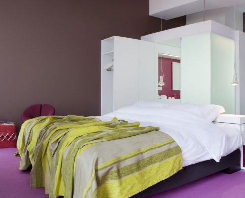 Nowoczesna aranżacja sypialni z wanną - hotel Eburon
