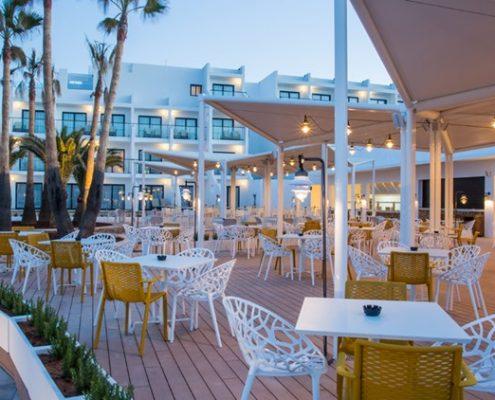 Nowoczesna restauracja w ogrodzie - Grand Palladium Resort