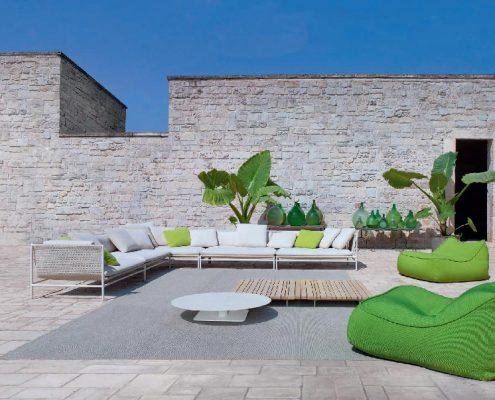 Nowoczesne meble ogrodowe na śródziemnomorskim tarasie