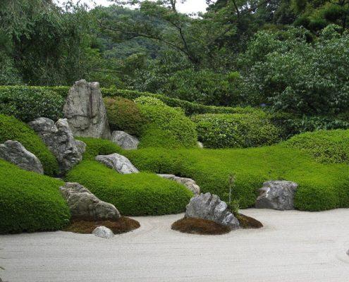 Ogród z motywem skał i zielonych dywanów