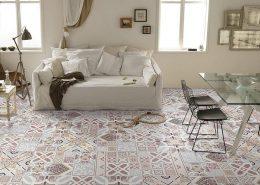 Oryginalna mozaika na podłodze salonu