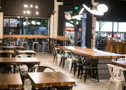 Oryginalne oświetlenie w industrialnej kawiarni Rise & Grind