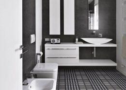 Oryginalne płytki w ciemnej łazience