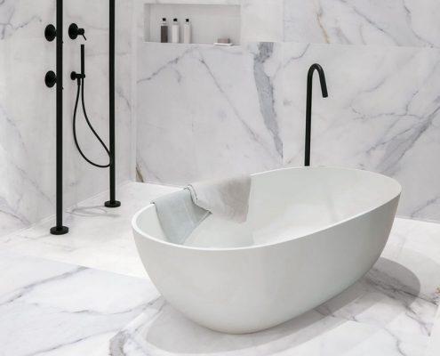 Płytki jak marmur w białej łazience