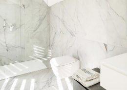 Porcelanowe płytki imitujące marmur - łazienka biała