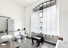 Szara, klasyczna mozaika w łazience