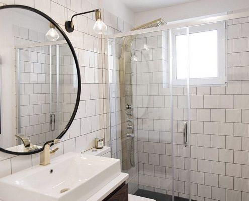 Aranżacja białej jasnej łazienki w stylu retro