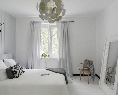 Aranżacja białej sypialni z klasycznymi akcentami