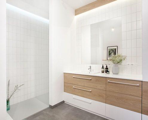 Biała łazienka przełamana drewnem