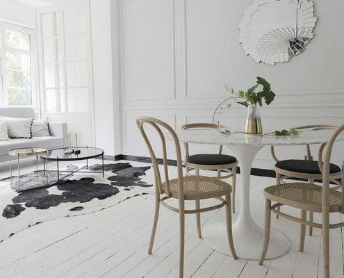 Biały salon w minimalistycznym wydaniu eklektyzmu