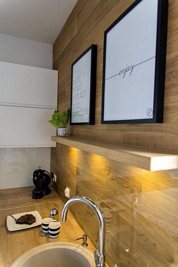 Biel i drewno w salonie z kuchnią