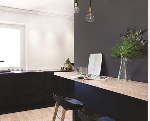 Drewno i czerń w jasnej kuchni