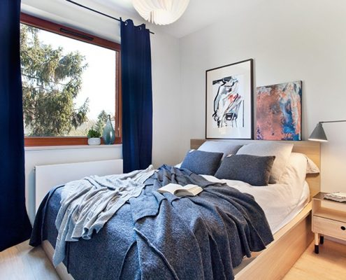 Indygo i jasne drewno w sypialni
