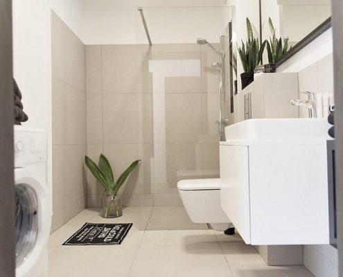 Jasna łazienka z półotwartą kabiną prysznicową