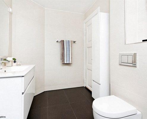 Jasna łazienka z prysznicem we wnęce