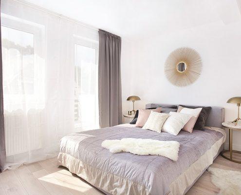 Jasna sypialnia w minimalistycznym wydaniu