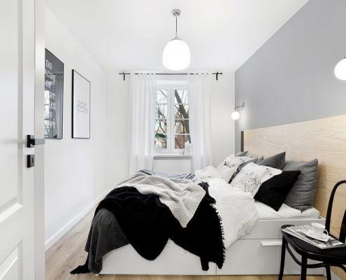 Jasna sypialnia zaakcentowana drewnem