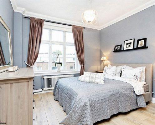 Klasyczna sypialnia z małą garderobą