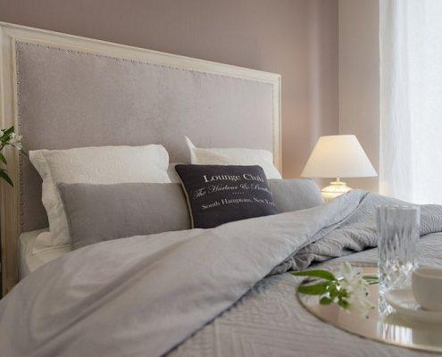 Klasyczne łóżko w sypialni
