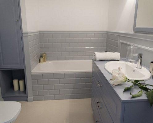 Niebieskie meble łazienkowe w klasycznym stylu