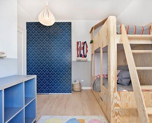 Piętrowe łóżko w dziecięcym pokoju