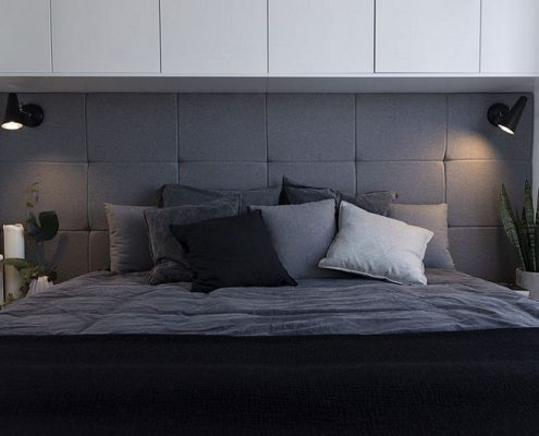 Pikowane wezgłowie i zabudowa nad łóżkiem