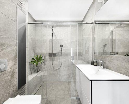 Szara łazienka z dużą kabiną prysznicową