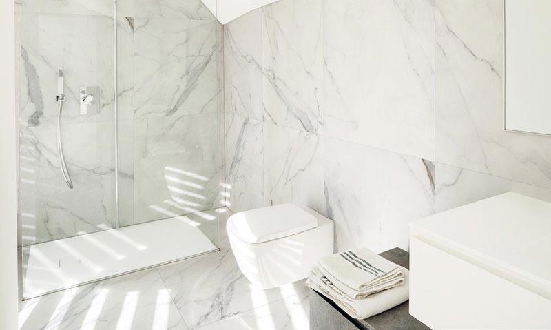 nowoczesne płytki do łazienki imitujące marmur