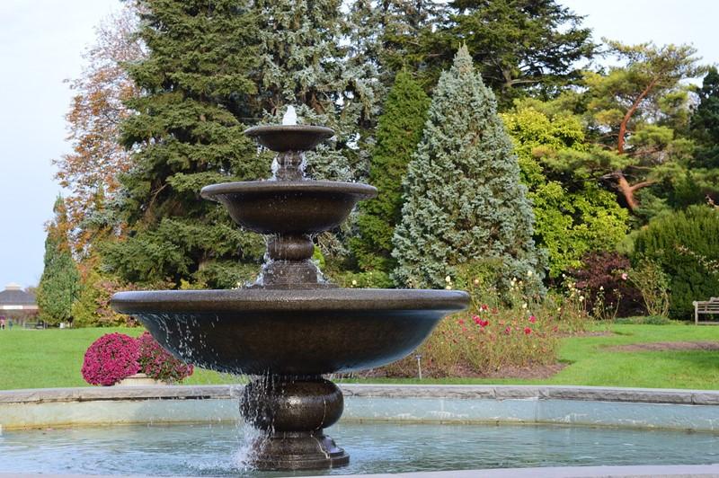 Żeliwna fontanna w ogrodzie