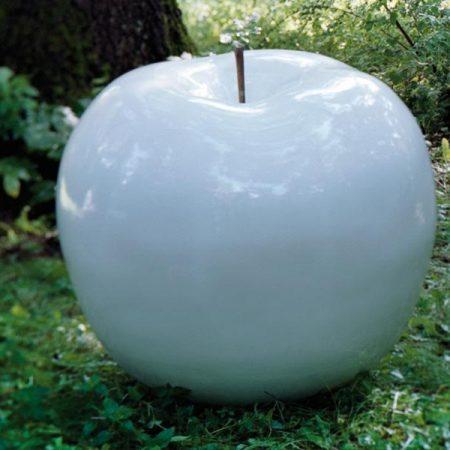 Biała rzeźba jabłko w ogrodzie