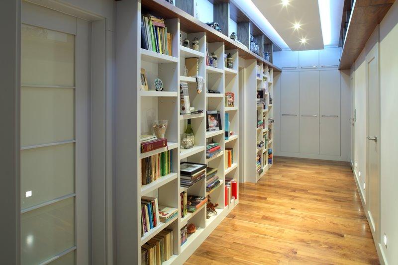 Biblioteka w nowoczesnym przedpokoju