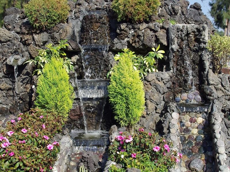 Fontanna w ogrodzie kaskada